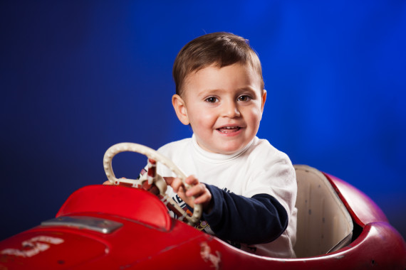 ritratto di bambino in studio su auto d'epoca