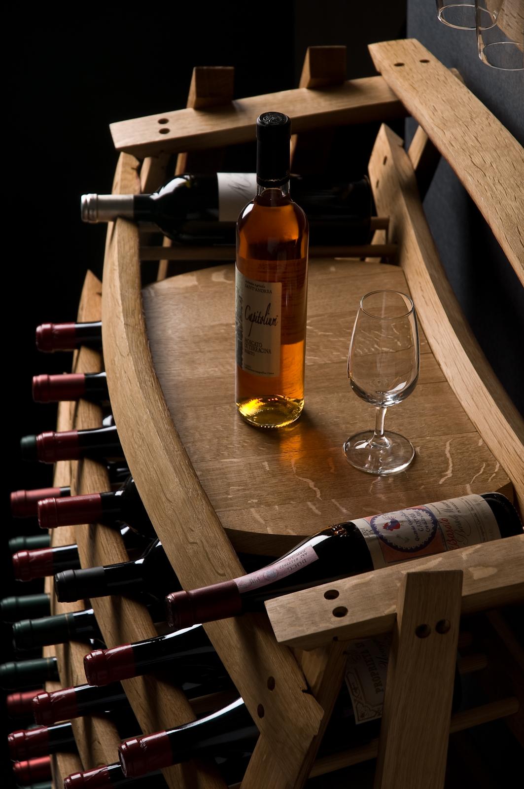 Portabottiglie fatto da un barrique per degustazione vini